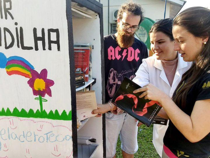 Geladeiraoteca busca promover a leitura à comunidade padilhana